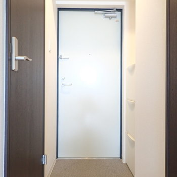 玄関は脱ぎ履きに十分なスペース。(※写真は6階の同間取り別部屋のものです)