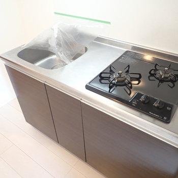 2口ガスコンロ!左側に冷蔵庫を置けます。(※写真は6階の同間取り別部屋のものです)