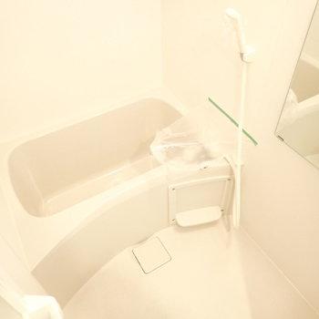 白のバスルーム。浄化されそう。(※写真は6階の同間取り別部屋のものです)