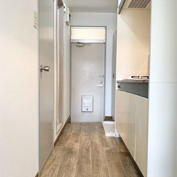 廊下のフローリングも居間と同じです。