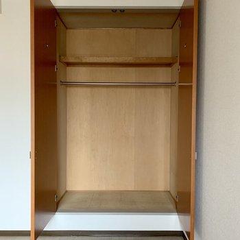【洋室5.4帖】ハンガーポールにたくさん洋服が掛けられます。