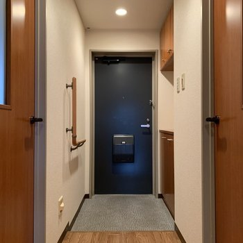 玄関は靴が脱ぎ履きしやすい広さ。手すりも付いてます。