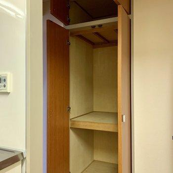 【LDK】キッチン側には収納。家電を入れるのにいいかも。