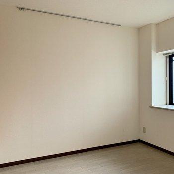 【洋室5.4帖】ピクチャーレールを活用して、お部屋に個性を。