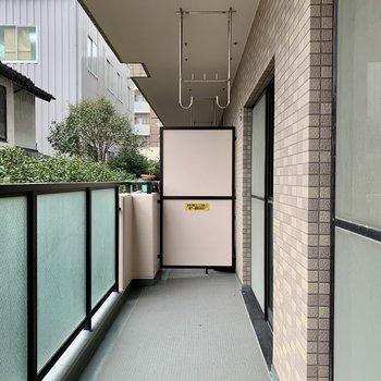 バルコニーはリビングから和室まで繋がっています。