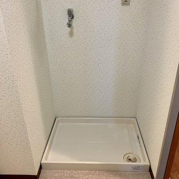 洗濯機置き場は脱衣所入り口すぐ。