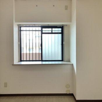 【洋室5.4帖】窓前に観葉植物や雑貨が置けます。
