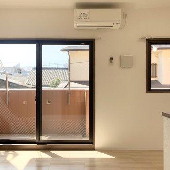 南向きの窓がふたつ並んだリビング。(※写真は2階の同間取り別部屋のものです)