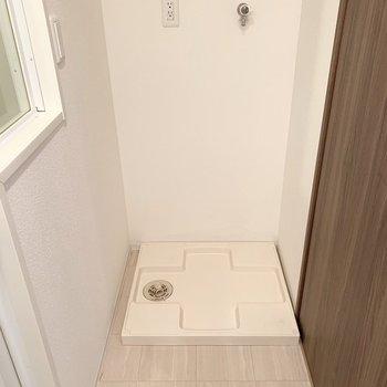 右側には洗濯機置場。(※写真は2階の同間取り別部屋のものです)