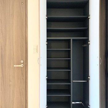 シューズボックスには傘などの長い物を入れておくスペースやフックもあります。(※写真は2階の同間取り別部屋のものです)