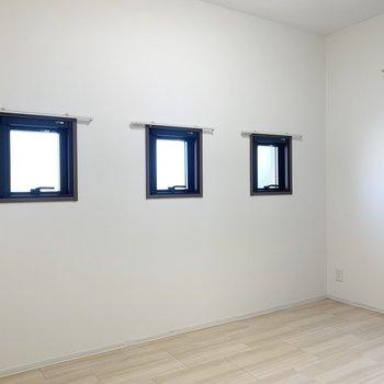 この3コ並んだ窓がかわいい◎(※写真は2階の同間取り別部屋のものです)