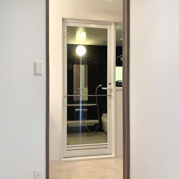 サニタリーへは廊下を介して。(※写真は2階の同間取り別部屋のものです)