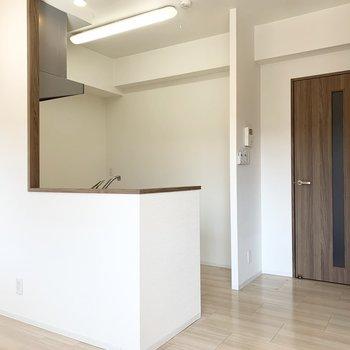 キッチン後ろのスペースもゆったり◎(※写真は2階の同間取り別部屋のものです)