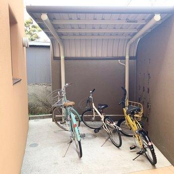 エントランス前に小ちゃな駐輪場。自転車置場は他のスペースもあるようです◎