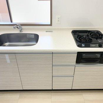 グリル付2口コンロのシステムキッチンでお料理も捗ります◎(※写真は2階の同間取り別部屋のものです)
