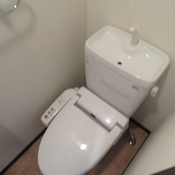 トイレには温水洗浄便座(※写真は13階の同間取り別部屋のものです)