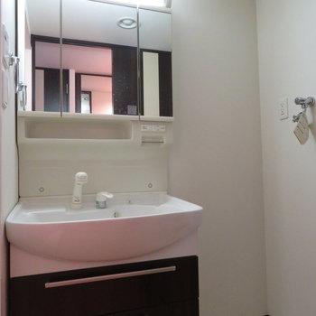 独立洗面台は収納たくさん(※写真は13階の同間取り別部屋のものです)