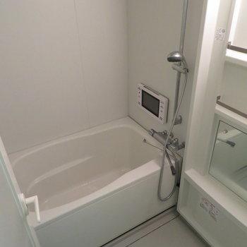 お風呂はモニター付きです(※写真は13階の同間取り別部屋のものです)