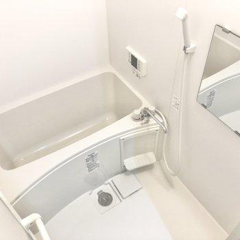 お風呂はシンプル、浴室乾燥機付きです。