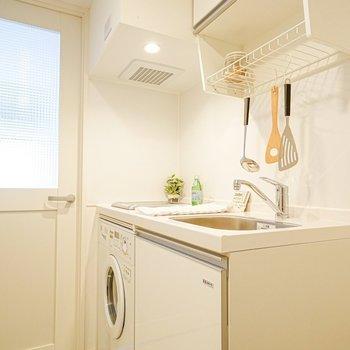 キッチンも白く。水切り棚は洗い物の乾燥からキッチンツールの吊り下げ収納まで使えますよ◎