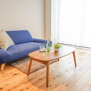 洋室は約6.5帖。2人掛けのソファにローテーブル 、シングルベッドがちょうど良い広さ。