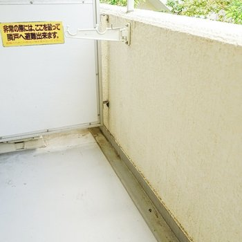 バルコニーは適度な広さ。周りから洗濯物が目立たない位置に竿受けが付いています。