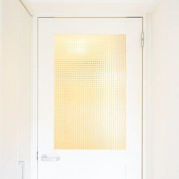 ドアにまでこだわりが垣間見える…!モザイクガラスが堪らない。