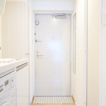 玄関の白いタイルも素敵。お部屋に入った瞬間から良い雰囲気。