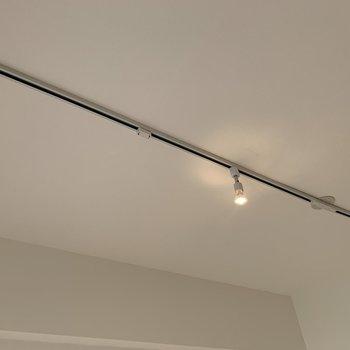 居室の天上にはライティングレール!自分らしい照明つけましょう〜