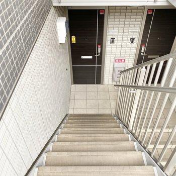 お部屋までは階段です。横幅も高さもゆとりがあります。