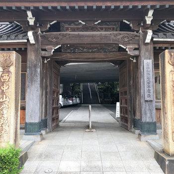 近くにはお寺や、レトロな喫茶店もありました。