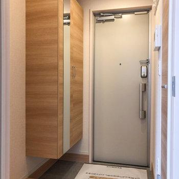 玄関とは扉で仕切られています。
