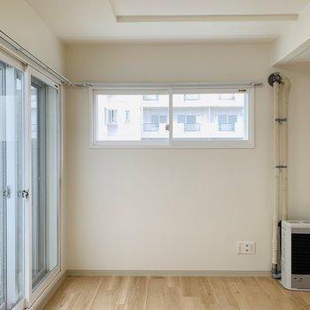 9.7帖のリビング正面窓の下には二人掛けソファーそれともTVボードかな〜