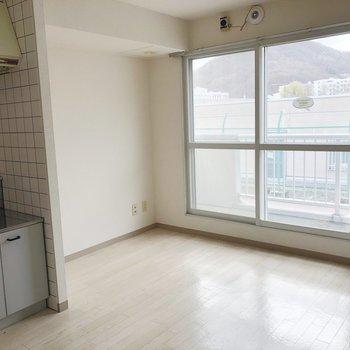 窓際はリビングスペースとして、ソファやテレビなどを置いて。