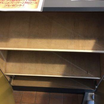 斜めの段になった靴箱。どこにどの靴を入れたのか確認しやすい!