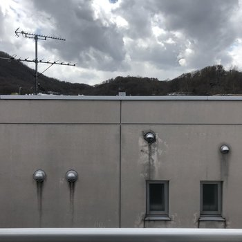 ベランダからの眺望。お隣さんは少し近めです。