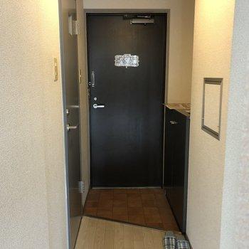 ゆとりのある玄関。右側に靴箱が付いています。