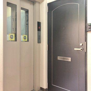 お部屋まではエレベーターで。
