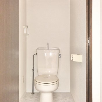 シンプルなトイレは上部にちょっとした棚が付いています。(※写真はフラッシュを使用しています)