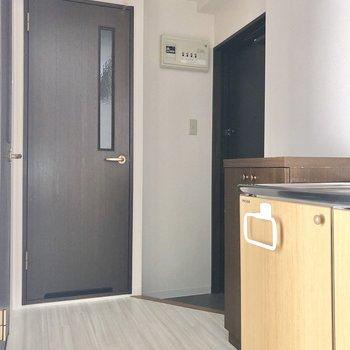 キッチンに出てみました。奥の扉はトイレです。