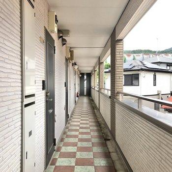 共有部です。玄関と同じ、大きなタイルの床材が印象的です。