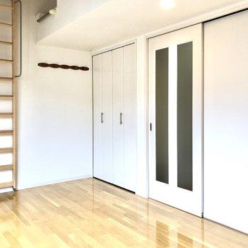 洋室は約7.5帖。横に長くゆったりとした印象です。