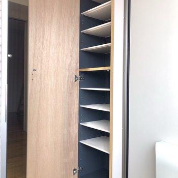 靴箱は棚板を動かすことができます。背の高い靴も入りますよ。