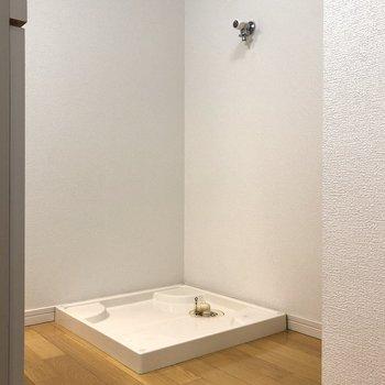 洗濯機置き場はキッチンの反対側に。右のスペースには冷蔵庫が置けますよ。