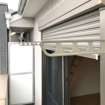 物干し竿うけや、バルコニーへの窓にはシャッターもついていますよ。