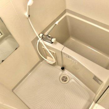 浴室です。入浴時に便利な鏡も備え付けです。