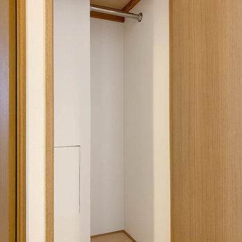 廊下にも収納スペースがあります。