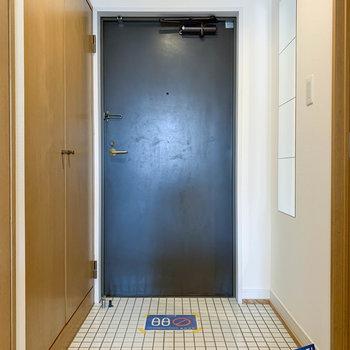 玄関は白いタイルがキュート。