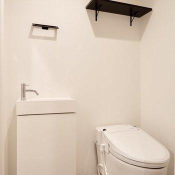 シックな脱衣所にはタンクレストイレを。