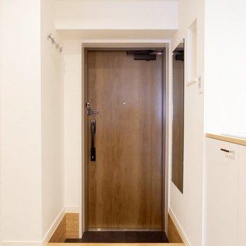 玄関には姿見と小物かけもあります